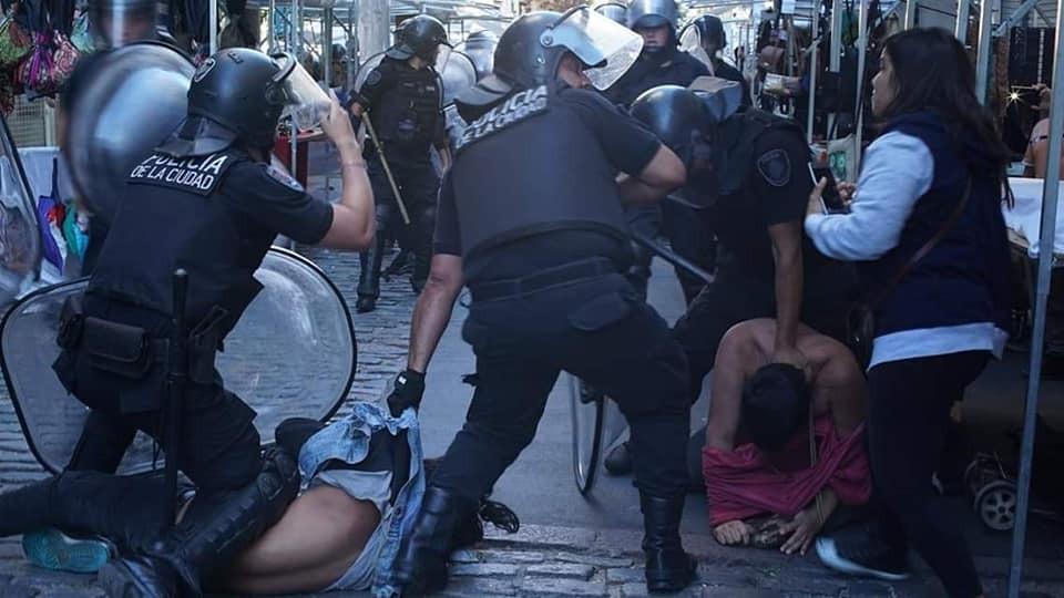Represión policial a los artesanos de la calle Defensa